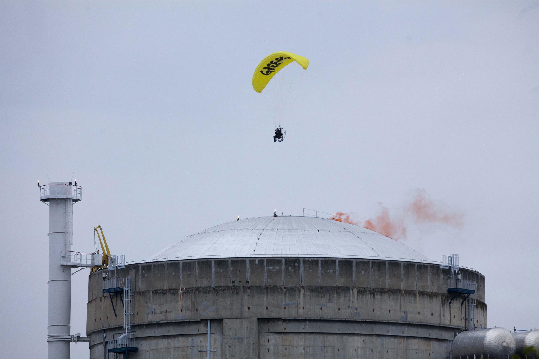 "Активист ""Гринпис"" над АЭС в Бюже 02/05/2012"