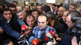 Le journaliste turc Bunyamin Aygun (c) s'adresse aux médias après son arrivée à l'aéroport Ataturk à Istanbul, le 6 Janvier 2014