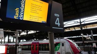 A través de una pantalla, la SCNF informa el estado del tráfico ferroviario durante una jornada de huelga. París, 24 de abril de 2018.