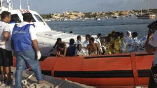 Des migrants rescapés du naufrage du 3 octobre.