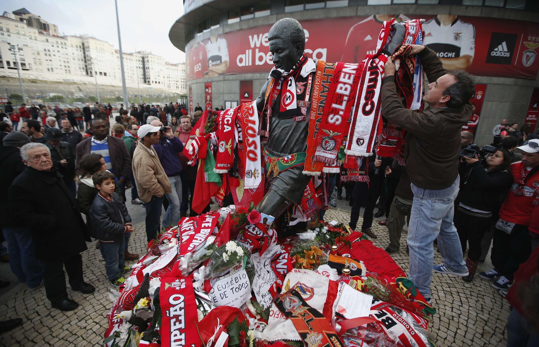 Les supporters portugais rendent hommage à Eusébio.