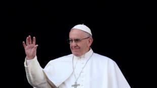 Le pape François salue la foule avant de délivrer la traditionnelle bénédiction Urbi et orbi, le 25 décembre 2016.