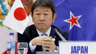 日本經濟大臣在亞太峰會的近照