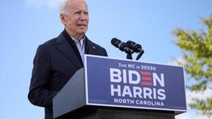 2020年10月18日,美國民主黨總統候選人喬·拜登在美國北卡羅來納州達勒姆市河濱中學舉行的一次選民動員活動上發表講話。