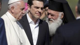 Слева-направо: папа римский Франциск, премьер-министр Греции Алексис Ципрас, архиепископ афинский и всея Эллады Иероним II, Лесбос, 16 апреля 2016 г.