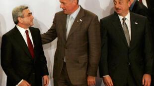Les présidents arménien Serge Sarkissian (g) et azerbaïdjanais Ilham Aliev (d) avaient entamé des négociations constructives, à Prague, le 7 mai 2009. Au centre, le Premier ministre démissionnaire tchèque Mirek Topolanek.