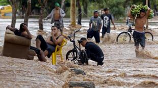 Una calle inundada en la localidad de El Progreso, en el departamento de Yoro, en Honduras, el 18 de noviembre de 2020, tras el paso del ciclón Iota