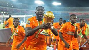 L'Ivoirien Kolo Touré avec le trophée remis au vainqueur de la CAN.