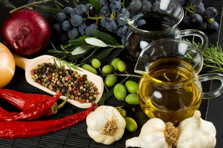 Основа средиземноморской диеты - овощи, фрукты, травы и оливковое масло