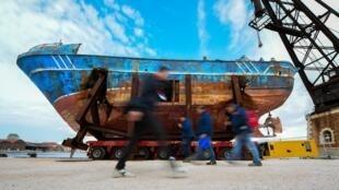 A carcaça de um navio que naufragou cheia de migrantes faz parte de uma das obras apresentadas na Bienal de Arte Contemporânea de Veneza