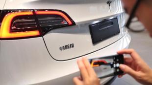 Pékin estime que les capteurs des véhicules Tesla sont capables d'enregistrer des images et de les envoyer au gouvernement américain. Par conséquent, les militaires et les fonctionnaires n'ont plus le droit ni d'acheter, ni d'utiliser de véhicules Tesla