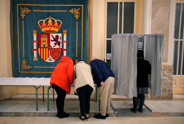 Cerca de 37 milhões de eleitores votam nas eleições legislativas antecipadas da Espanha neste domingo, 28 de abril de 2019.