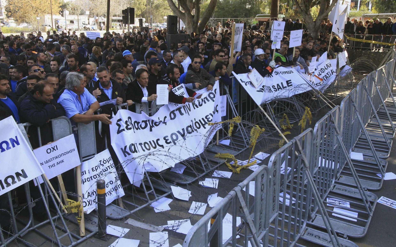 Manifestation contre le projet de loi de privatisations, à Nicosie, le 27 février 2014.