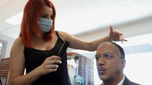 С понедельника, 20 июня, клиентам парикмахерских, как и других закрытых помещений во Франции, будет запрещено находиться там без масок.