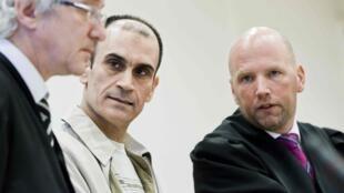 Один из обвиняемых, Шаван Садек Саед Буджак, в окружении адвокатов в зале суда. Осло 15/11/2011