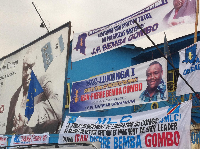 Des affiches de soutien à Jean-Pierre Bemba sur la façade du siège du MLC.