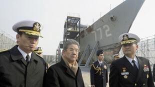 Bộ trường Quốc phòng Nhật Bản Toshimi Kitazawa (thứ 2 từ trái sang) thăm căn cứ hải quân Hàn Quốc Pyeongtaek hôm 11/01/2001