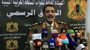 Ahmad al-Mesmari, porte-parole des forces de Haftar, s'adressant aux médias, dans la ville de Benghazi, dans l'est de la Libye, annonçant la prise de Syrte, le 6 janvier 2020.