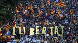 Milhares de pessoas foram às ruas de Barcelona para pedir independência da Catalunha e liberdade para líderes separatistas condenados à prisão. (25/10/2019)