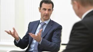 Bachar el-Assad, président syrien, discute avec son homologue russe, Vladimir Poutine, lors d'une rencontre à Moscou le mardi 20 octobre.
