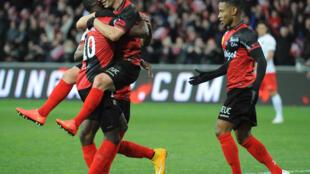 Jérémy Pied célèbre son but face au PSG dimanche 14 décembre 2014 avec ses coéquipiers. La fin d'une folle semaine pour l'EAG.