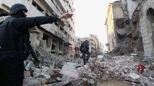 Des policiers egyptiens, sur les lieux de l'attentat qui a fait au moins 14 victimes, ce mardi 24 décembre à Mansoura.
