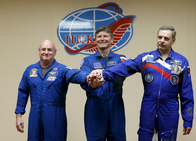 Les deux astronautes nord-américain Scott Kelly (G) et Mikhaïl Kornienko (D) -avec leur collègue russe Gennady Padalka (C)- partent ce vendredi 27 mars pour une mission exceptionnellement longue.