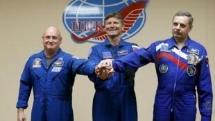 Геннадий Падалка (в центре) со Скоттом Келли (слева) и Михаилом Корниенко (справа) перед отправкой на МКС 27 марта 2015