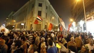 La population proteste contre les restrictions du gouvernement en matière de manifestations, au Caire le 27 novembre 2013.