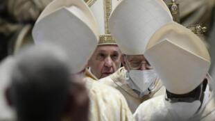 Le pape François quitte la basilique Saint-Pierre de Rome après la messe de Pâques, ce 4 avril 2021.