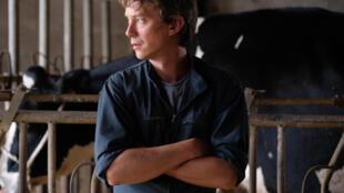 Swann Arlaud est Pierre, le «Petit paysan» qui se bat pour sauver son troupeau victime d'une mystérieuse épidémie.
