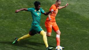 La Camerounais Gaëlle Enganamouit, à la lutte avec la Néerlandais Anouk Dekker, le 15 juin 2019.