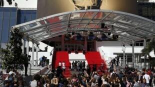 Каннский Дворец фестивалей, в котором проходит главный кинофорум мира