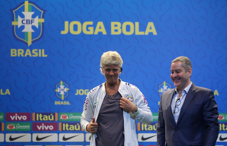 Pia Sundhage é apresentada como nova técnica da Seleção feminina de futebol, ao lado de Rogério Caboclo, na sede da CBF, em 30 de julho de 2019.