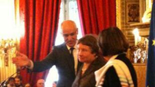 Elena Burtina (C), vice-présidente du CAC, pendant la remise du Prix des droits de l'homme au Quai d'Orsay, le 12 décembre 2013.