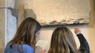 Participantes da caça ao tesouro decifram enigmas em inscrição egípcia no Museu do Louvre