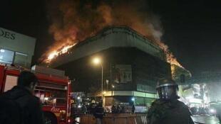 Un almacén en llamas durante la manifestación en Santiago, el 4 de agosto de 2011.