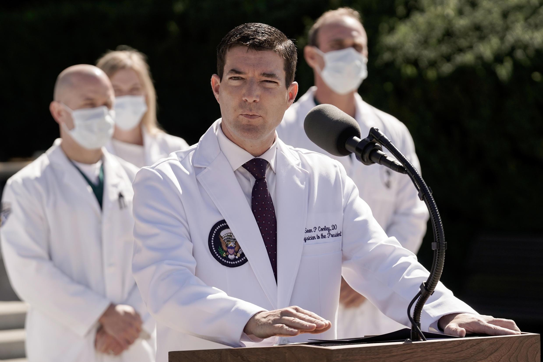 10月3日,特朗普总统在沃尔特·里德国家医院住院后,白宫医师肖恩·康利(Sean Conley)向记者讲述特朗普的健康状况。