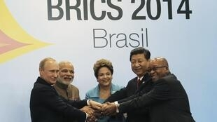 (L-R) Russian President Vladimir Putin, Indian Prime Minister Narendra Modi, Brazilian President Dilma Rousseff, Chinese President Xi Jinping and South African President Jacob Zuma join their hands at a group photo session during the 6th BRICS summit in Fo