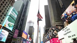 La bandera de Estados Unidos a media asta en una Times Square casi desierta, el 13 de abril de 2020 en la ciudad de Nueva York