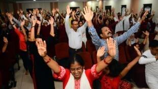 En Inde, dans un centre d'Osho à Pune, les adeptes du gourou en pleine méditation dynamique, le 27 juillet 2018.