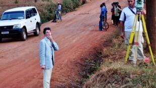 A gauche: le juge Marc Trévidic en pleine enquête, en septembre 2010 au Rwanda.