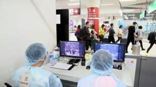 中国澳门国际机场人体体温监测站正在检测扫描仪   2020年1月8日