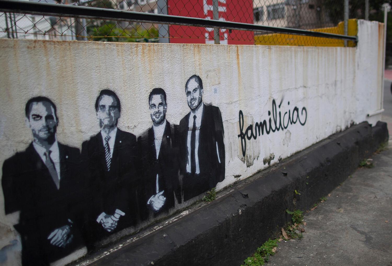 Une fresque avec le président Bolsonaro et ses fils titrée Familicia en référence à leurs liens présumés avec les milices brésiliennes.