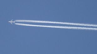 Boeing 747 emite fumaça durante decolagem.