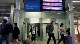 Des passagers de l'Eurostar arrivant de Paris au terminal de la gare de St. Pancras, à Londres,  le 14 août 2020.