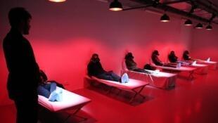 第72届阿维尼翁戏剧节演出虚拟实境舞台剧« Les Falaises de V. »的场景