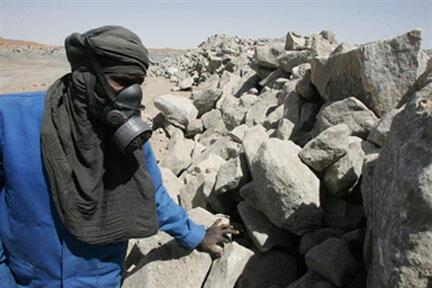 Employé de la mine d'uranium à ciel ouvert exploitée par Areva (Niger).