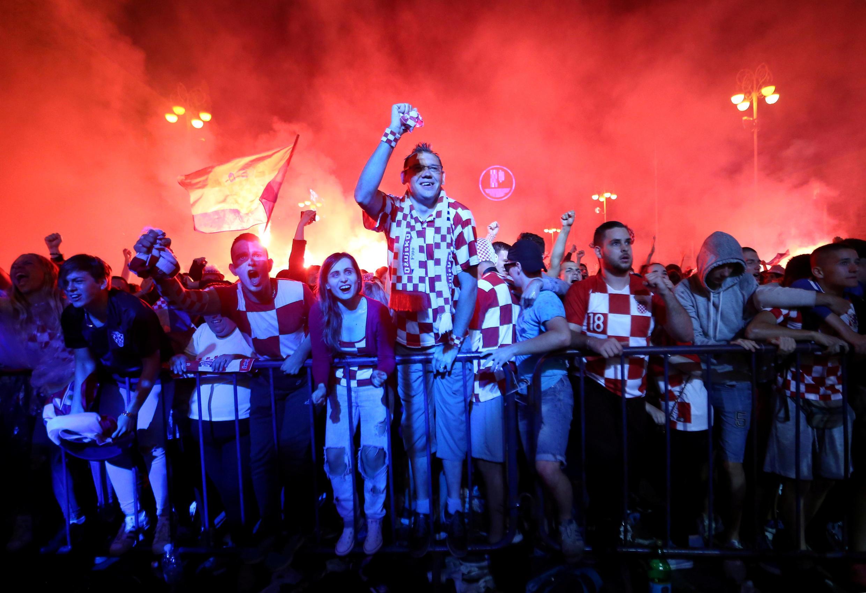 Người hâm mộ đội Croatia vui mừng sau bàn thắng trước đội Anh, tối ngày 11/07/2018