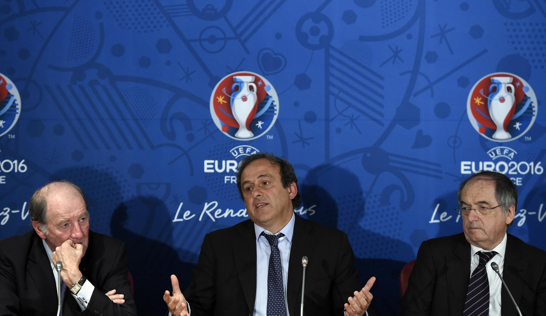Michel Platini (katikati) anahusishwa na kashfa ya rushwa na nchi ya Qatar kupewa uenyeji wa fainali za fifa mwaka 2022